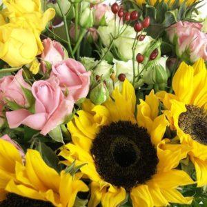Букет подсолнухов с кустовыми розами и зеленью