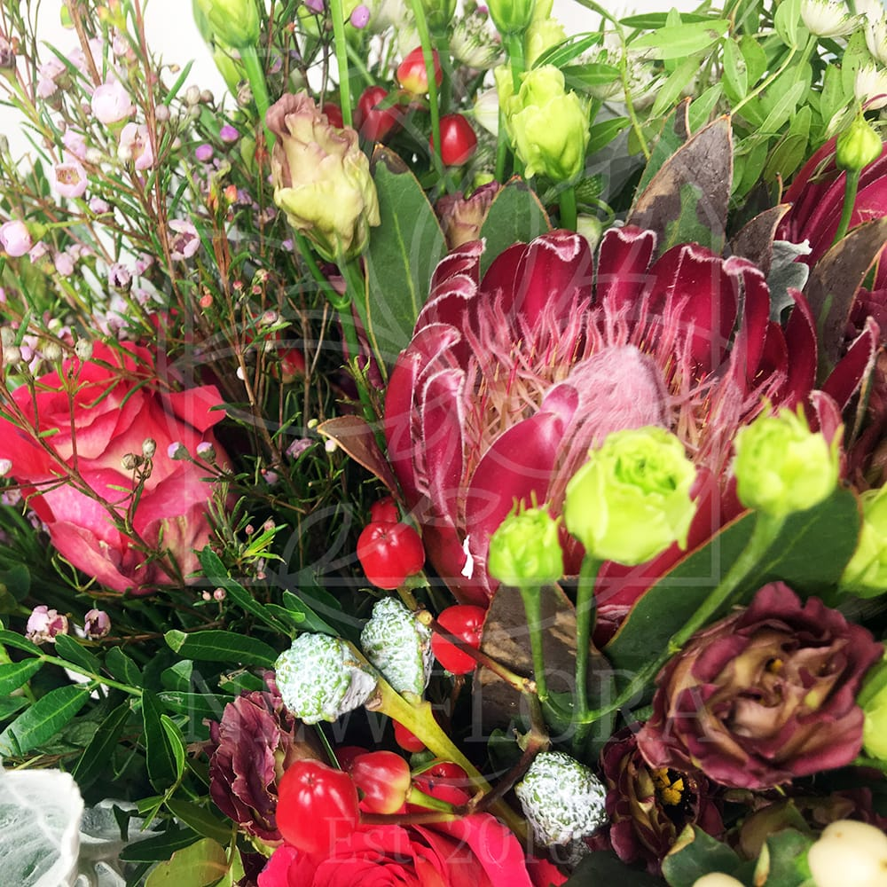 Букет лизиантусов с протеями, розами, сиренью и эвкалиптом