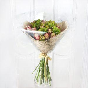 Букет 15 роз с орхидеями и шуазией (чойсия)