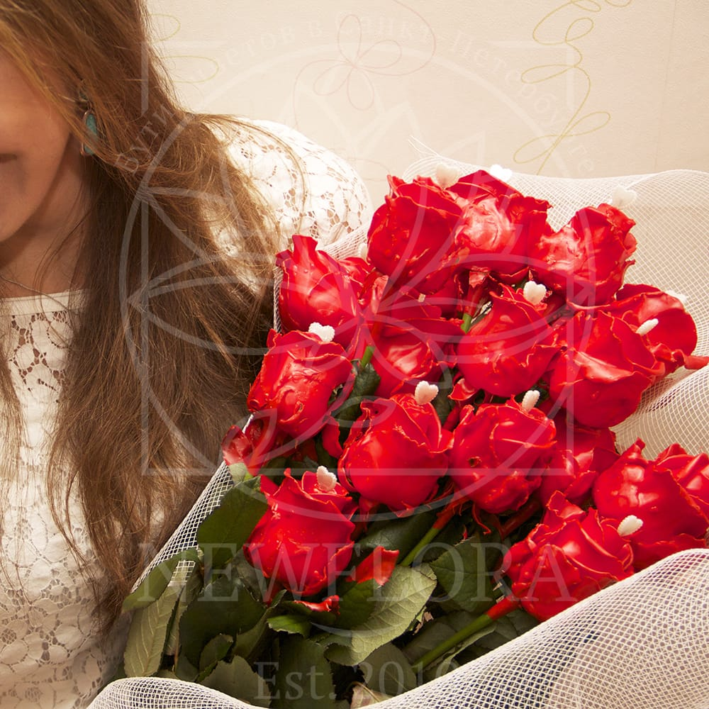Букет 17 красных восковых роз с сердечком