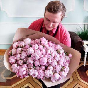Букет 101 розовый пион (импорт)
