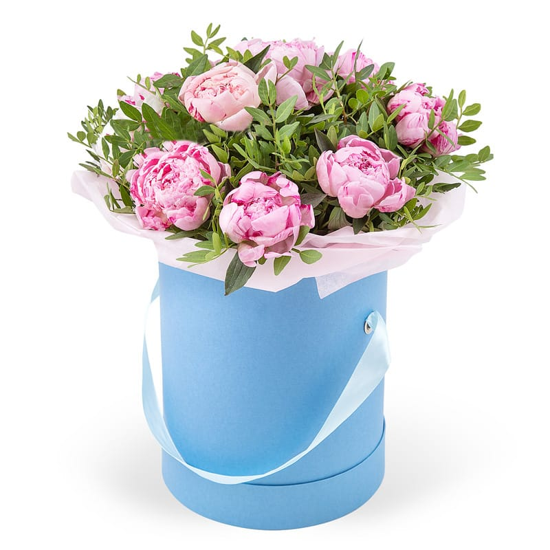 Шляпная коробка 17 крупных розовых пионов с зеленью
