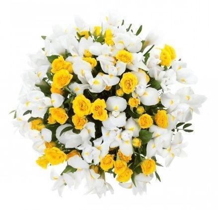 Букет 35 белых ирисов с кустовыми розами