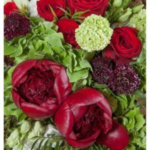 Букет 15 красных пионов с розами, гортензией, скабиозой и эвкалиптом
