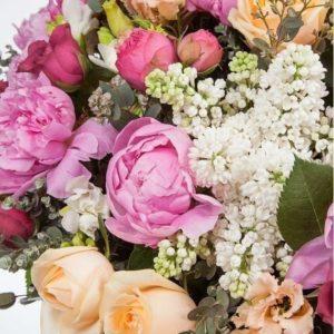 Корзина с пионами, сиренью, пионовидными розами и фрезией