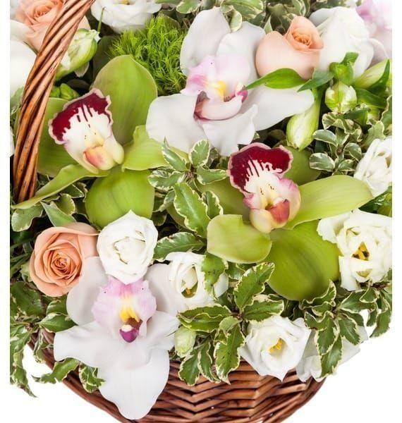 Корзина цветов с орхидеями, розами и эустомой
