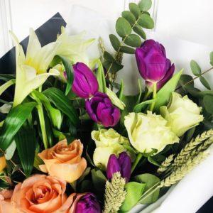 Букет 9 роз с тюльпанами, лилиями и зеленью (для бутика Prada)