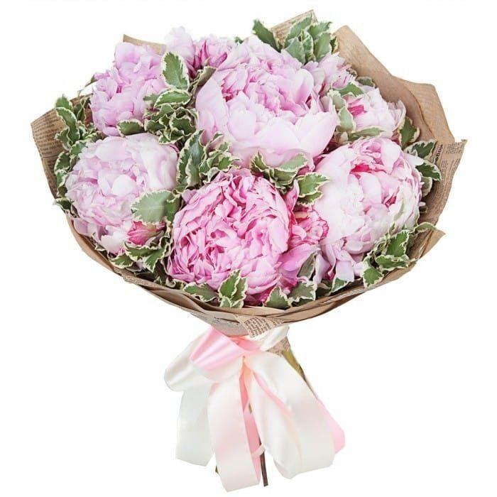 Букет 7 открытых розовых пионов с зеленью в крафт бумаге