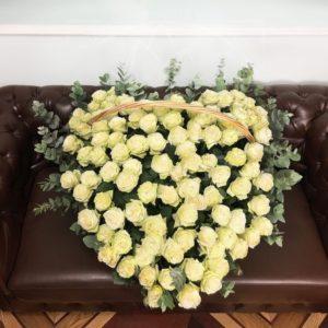 Большая корзина цветов сердце 101 белая роза (Premium) с эвкалиптом 80×100см