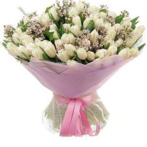 Букет 101 белый тюльпан с ваксфлауэр в упаковке