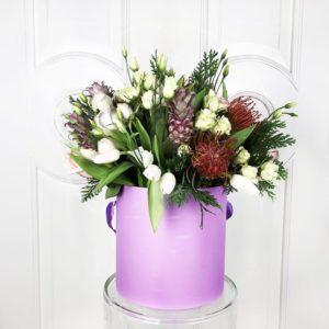 Детская композиция кустовые розы с ананасами в шляпной коробке