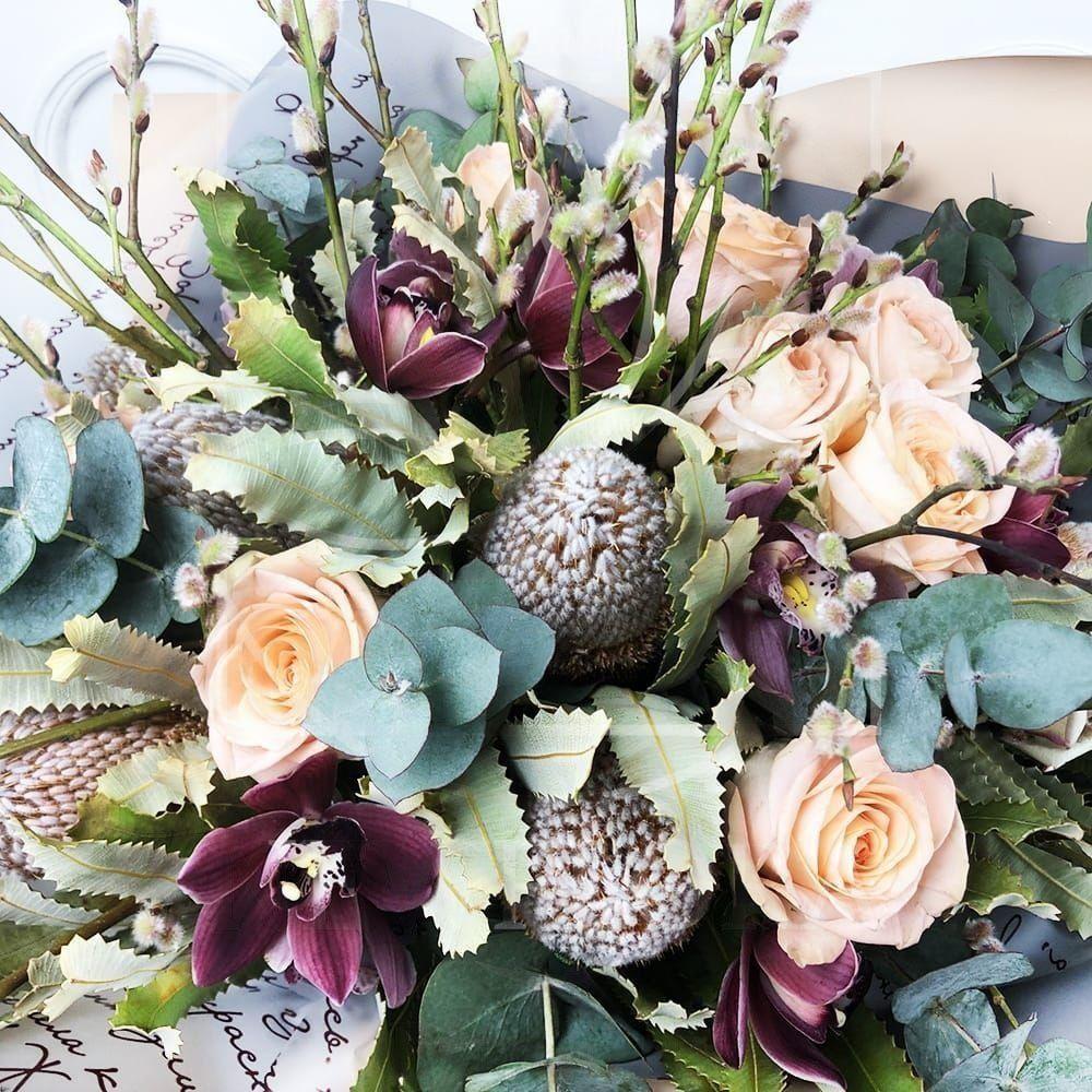 Экзотический букет с банксией, орхидеями и вербой