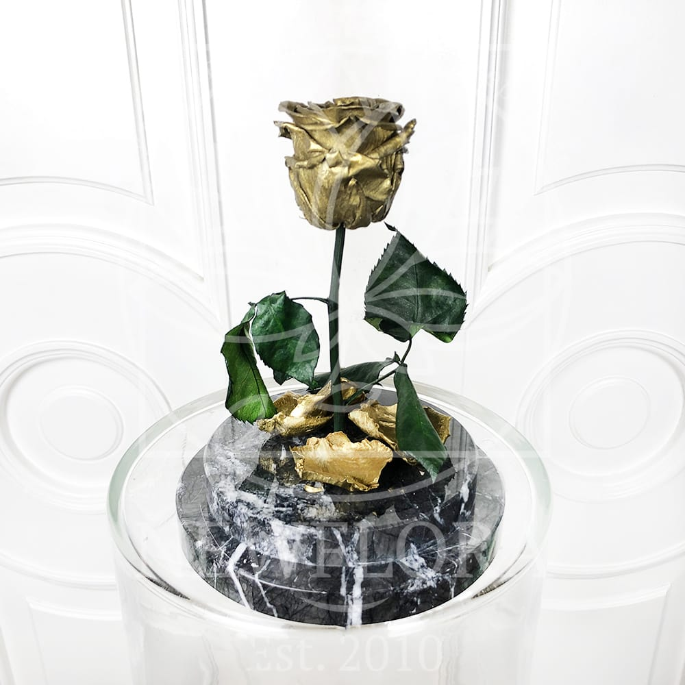 Золотая стабилизированная роза в колбе на мраморной подставке