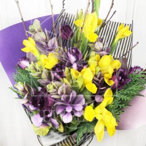 Букет 11 ирисов с махровыми тюльпанами, брасикой и ветками березы