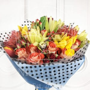 Букет кустовых роз с протеями и орхидеями