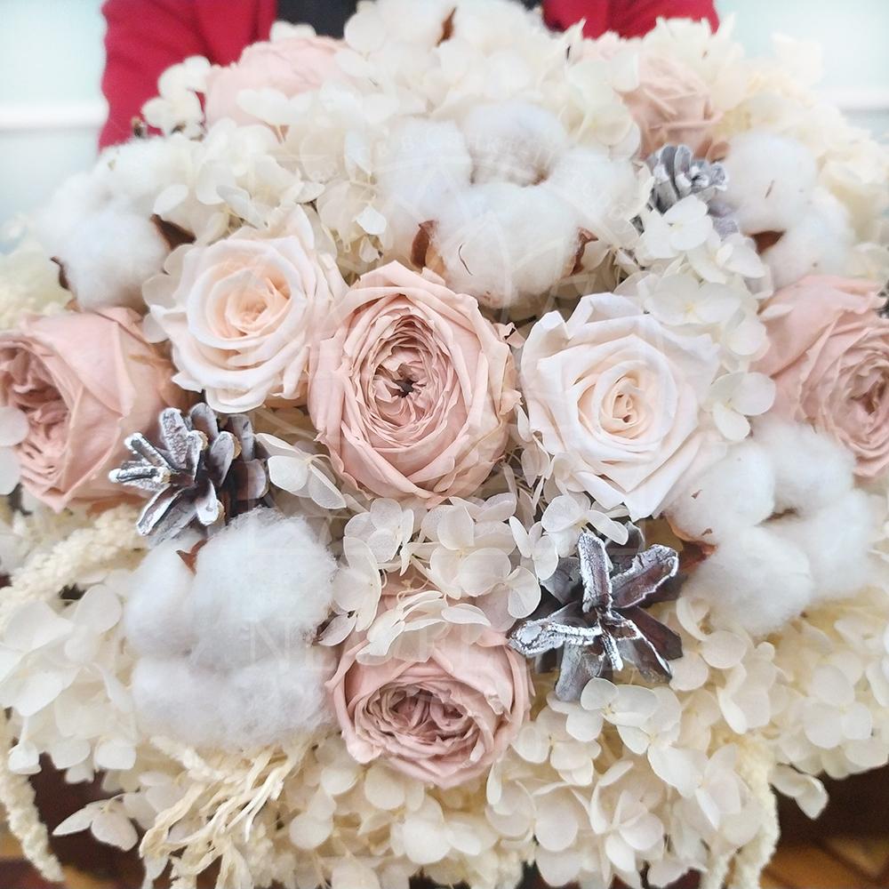 Композиция из стабилизированных цветов с пионовидными розами и гортензией (не портится до 2 лет)