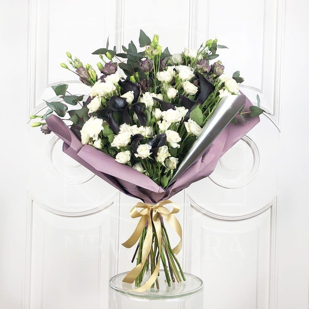 Букет 9 черных калл с кустовыми розами и лизиантусом
