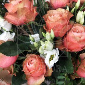 Букет 9 пионовидных роз Kahala с лизиантусом и зеленью