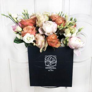 Шляпная коробка аквариум с пионами, пионовидными розами и лизиантусом