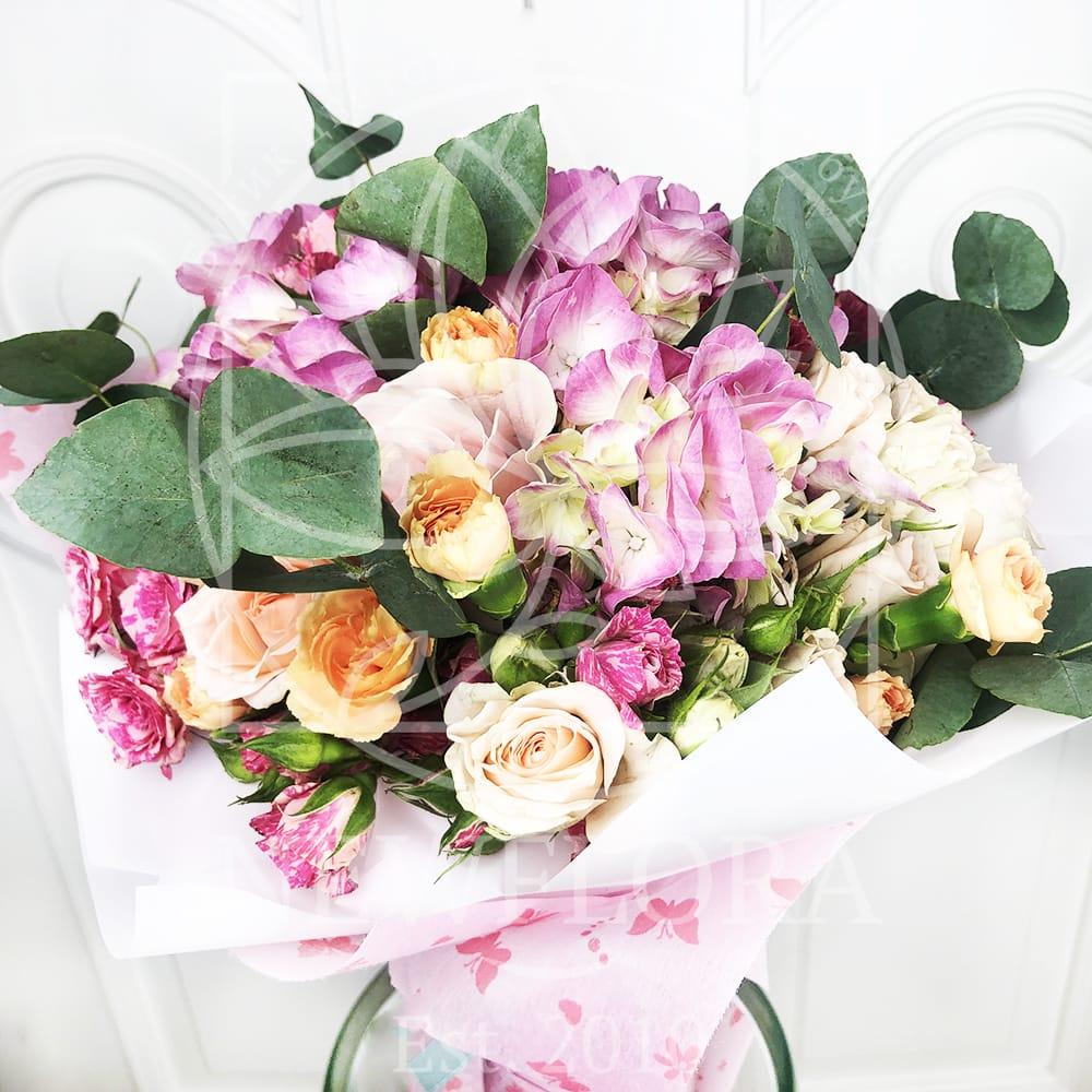 Детский букет с кустовыми розами, гортензией и эвкалиптом