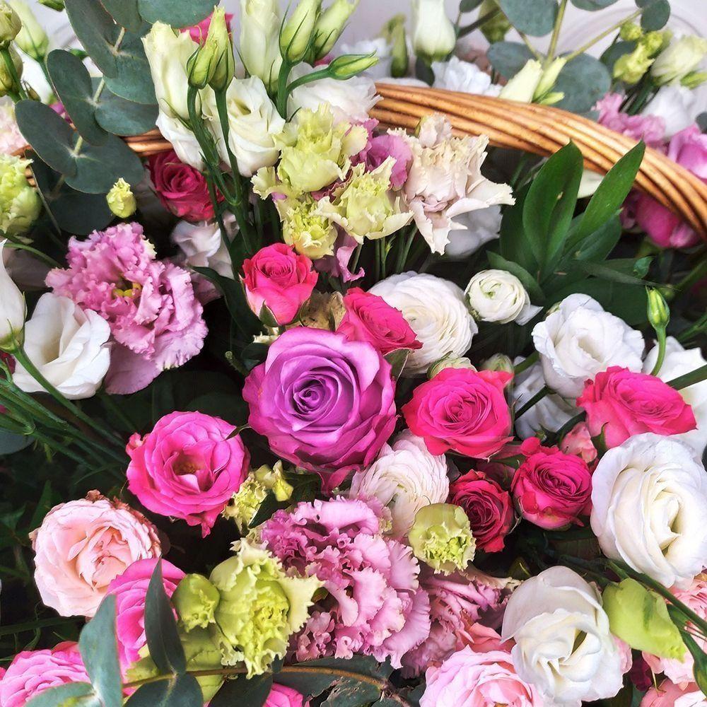Корзина цветов с розами, гортензией, пионами и зеленью 60×50см