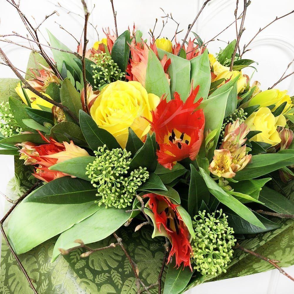 Букет нарциссов с розами, тюльпанами и ветками березы