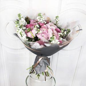 Букет 9 ранункулюсов с маттиолой и розами