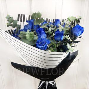 Букет 21 синяя роза (Premium) с эвкалиптом в упаковке