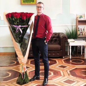 Букет 51 красная роза высотой 150см с оформлением
