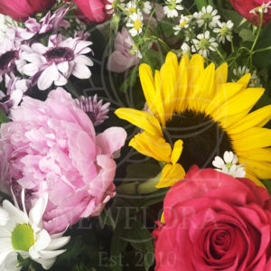 Корзина цветов с подсолнухами, ирисами, ромашками и пионами