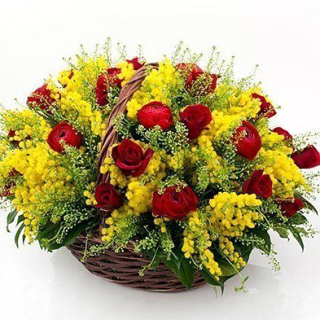 Корзиночка цветов с мимозой, ранункулюсами и розами