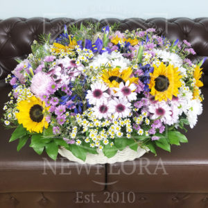 Корзина цветов с подсолнухами, кустовыми ромашками, ирисами и хризантемами