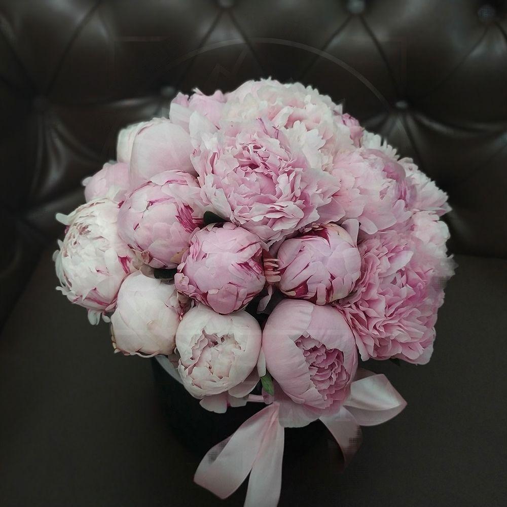 Черная шляпная коробка 21 крупный розовый пион
