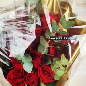 Букет 25 красных роз с эвкалиптом в золотой упаковке (заказчик Porsche Pulkovo)
