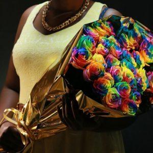 Букет 25 радужных роз в золотой упаковке