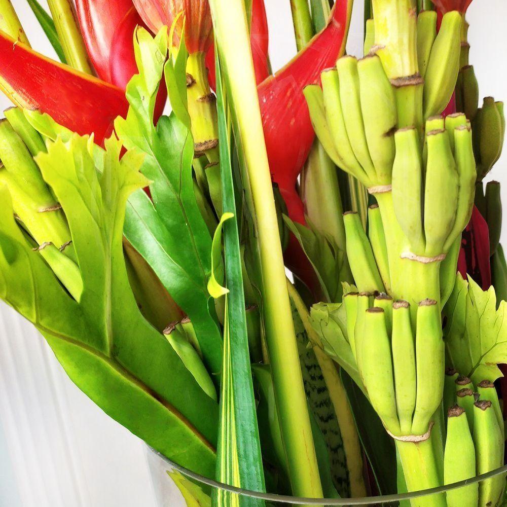 Букет 3 геликонии с 4 цветками банана и тропической зеленью