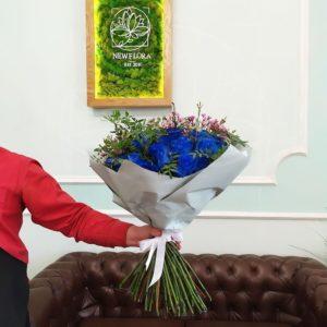 Букет 51 синяя роза Premium с ароматным ваксфлауэр (цвет года 2020 по версии Pantone)