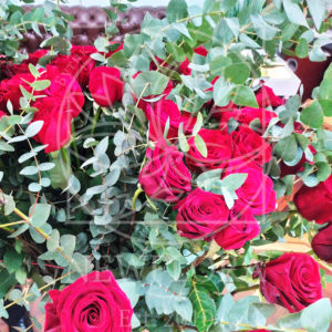 Букет 69 красных роз высотой 130см с гигантским эвкалиптом