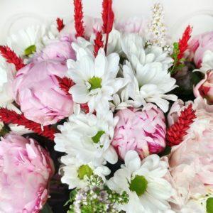 Букет 39 пионов с хризантемой, рожью и зеленью