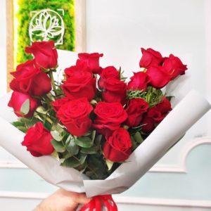 Букет 21 красная роза с эвкалиптом и фисташкой (заказчик Porsche Pulkovo)
