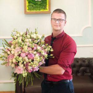 Букет 35 пионов с эустомой, кустовыми розами и рожью
