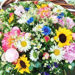 Большая корзина цветов с васильками, пионами, ромашками и подсолнухами 60×70см