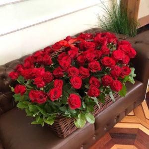 Прямоугольная корзина 101 красная роза с зеленью