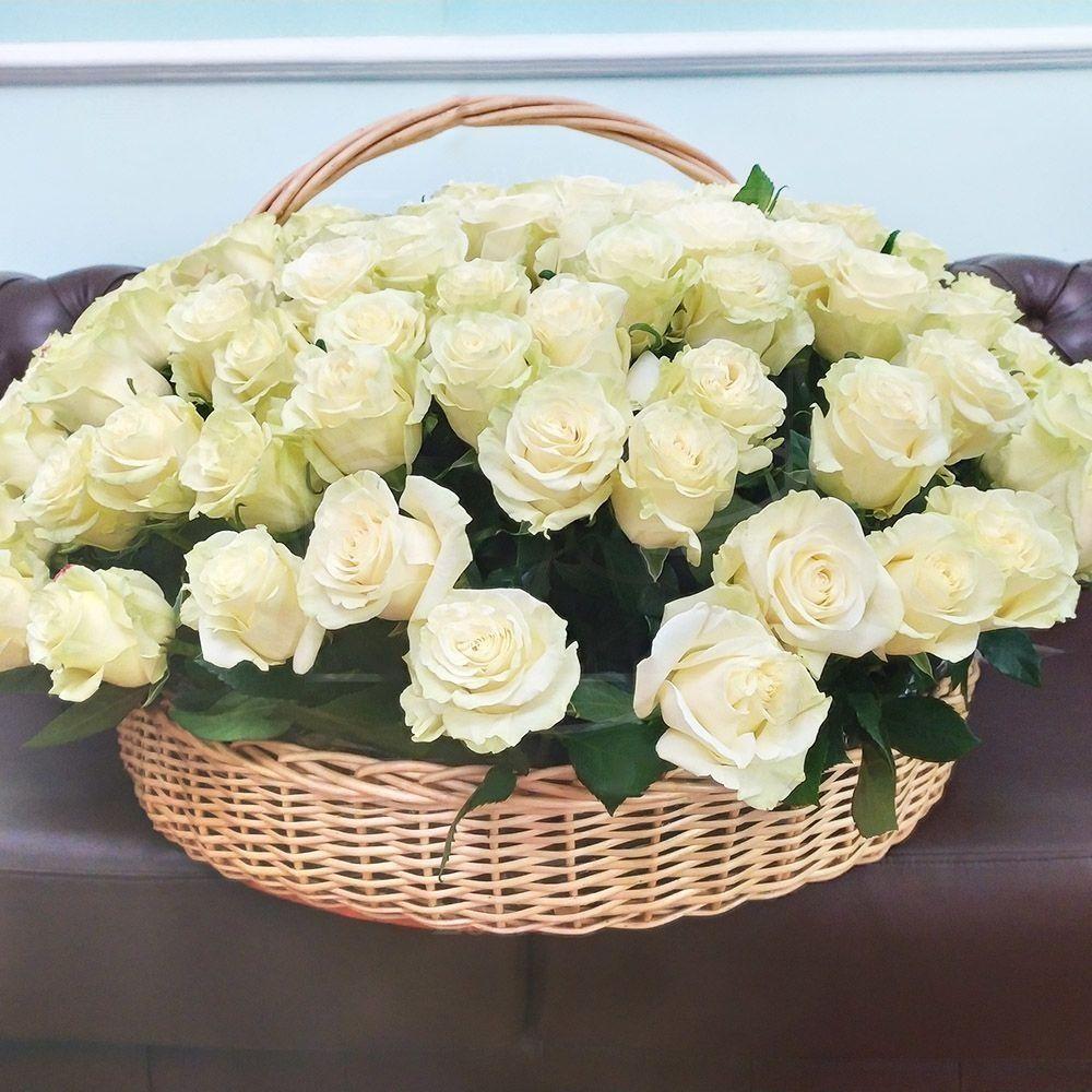 Корзинка из белых роз фото