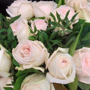 Букет 19 пионовидных роз с эвкалиптом и зеленью