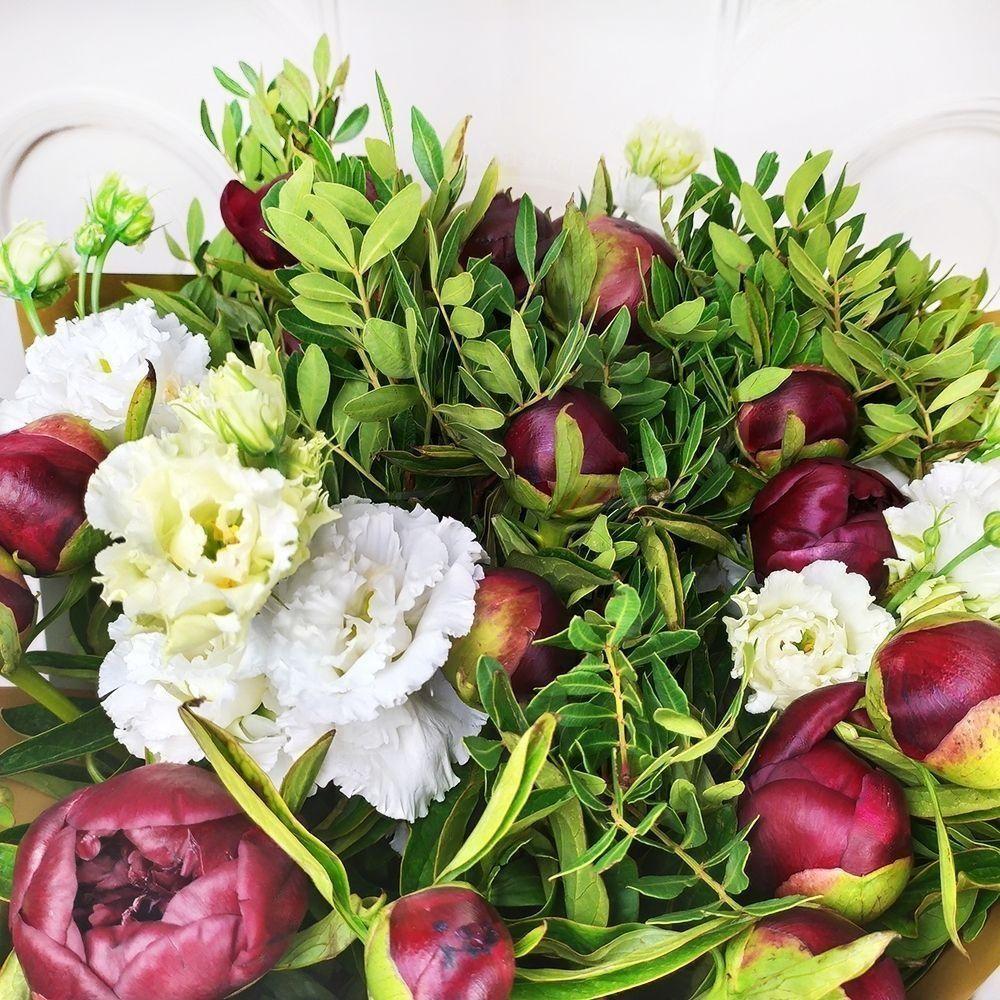 Букет 19 красных пионов с лизиантусом и зеленью