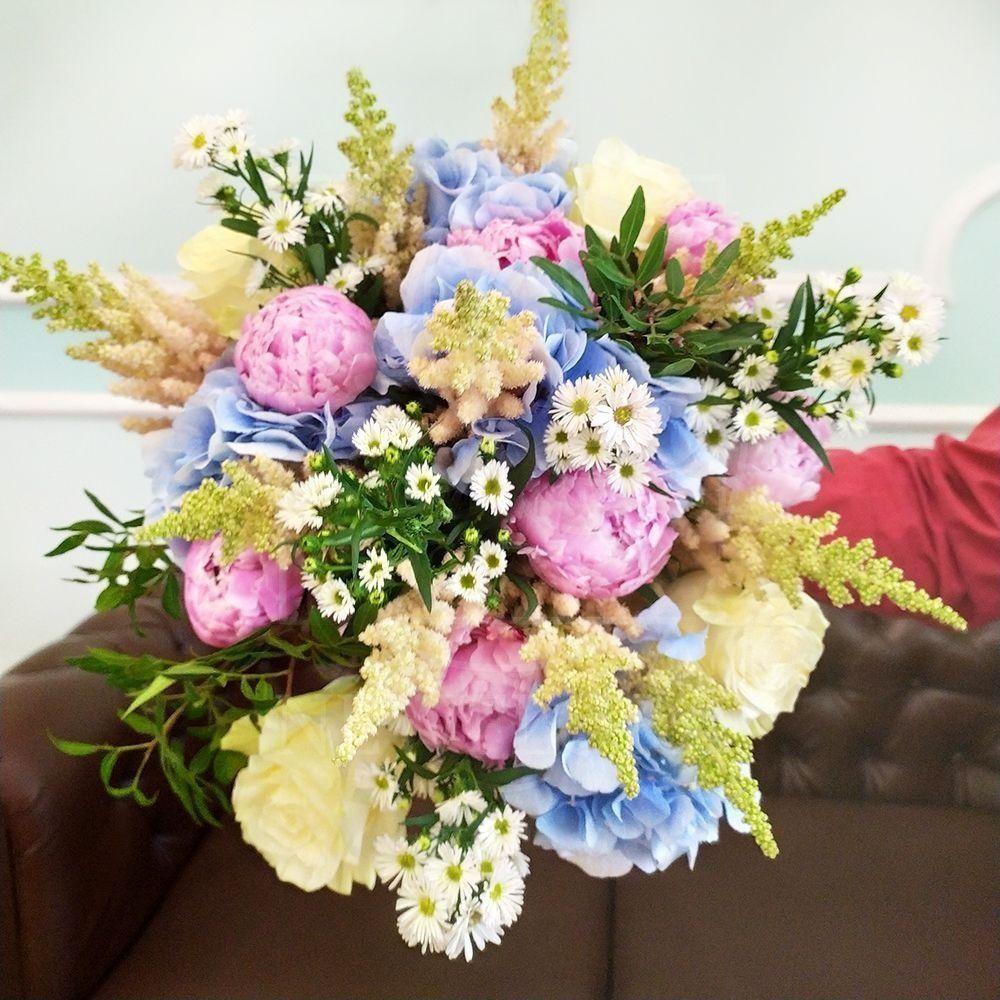Букет 7 пионов с астильбой, розами и гортензией