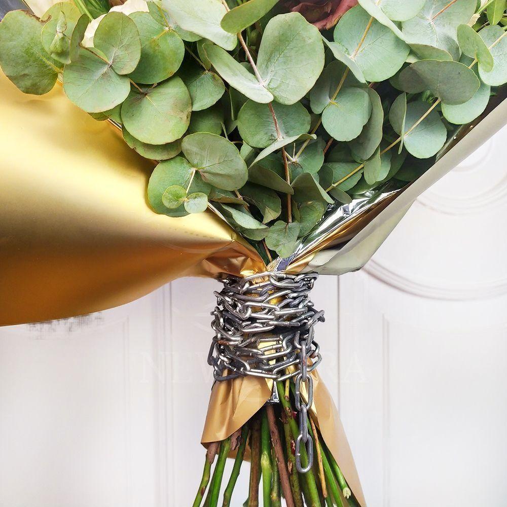 БДСМ Букет 9 кустовых пионовидных роз с лизиантусом и цепями