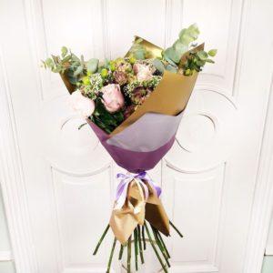 Букет 17 роз с лизиантусом и эвпаториум