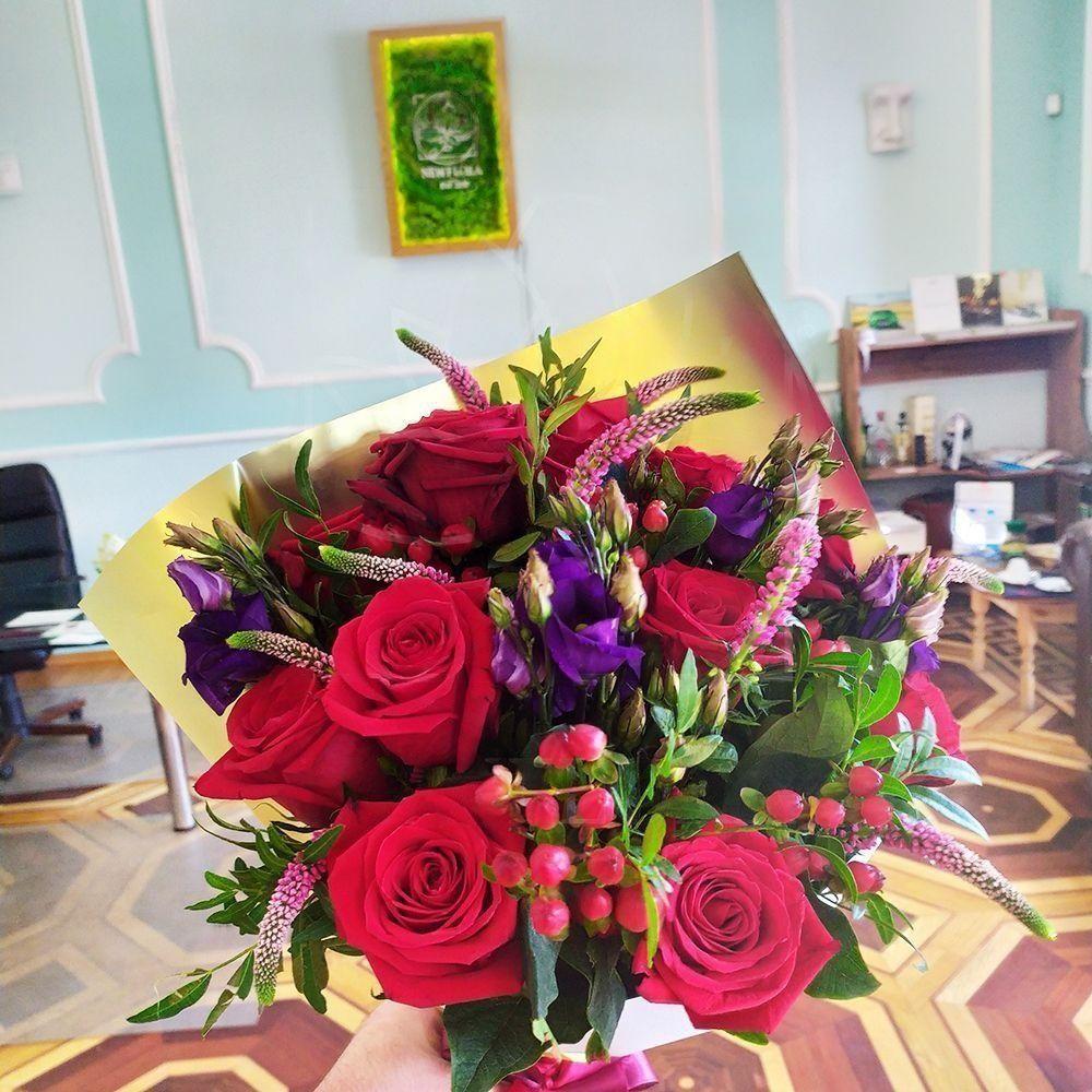 Букет 11 красных роз с вероникой и гиперикум